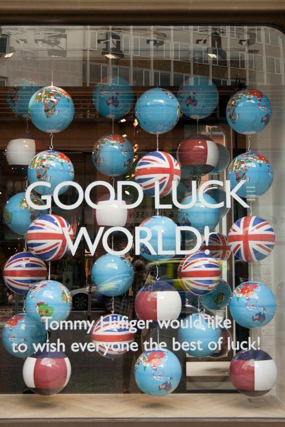 Tommy Hilfiger window display. #retail #merchandising #hanging #windowdisplay