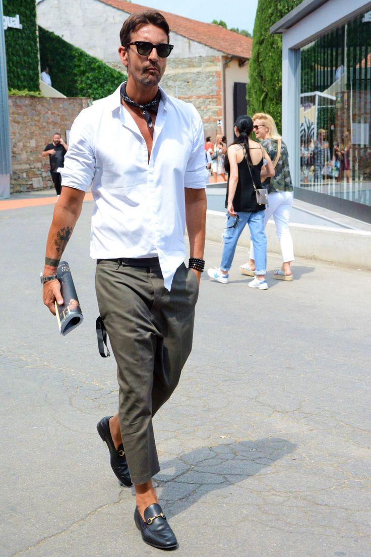 夏のコーディネート事例の中でも、読者からの反響の良かった着こなしをピックアップ紹介! 夏服メンズファッション着こなしコーデ「白Tシャツ×ドレスコットンパンツ」 夏を象徴する、メンズファッション永遠の定番アイテムといえば「白Tシャツ」だ。ジーンズやコットンショーツにあわせてカジュアルにまとめるのがポピュラーだが、時にはドレス仕様のパンツを合わせることで洗練された大人スタイルを気取るのも今年の気分だ。袖にロールアップを加えてTシャツのシルエットに変化をつけるのもおすすめ。 three dots(スリードッツ) JAMES サンデッドジャージー ショートスリーブ クルーネック 詳細・購入はこちら PT01(ピーティーゼロウーノ) ネイビーパンツ 詳細・購入はこちら 夏服メンズファッション着こなしコーデ「半袖ニットレイヤード×プリーツパンツ」…