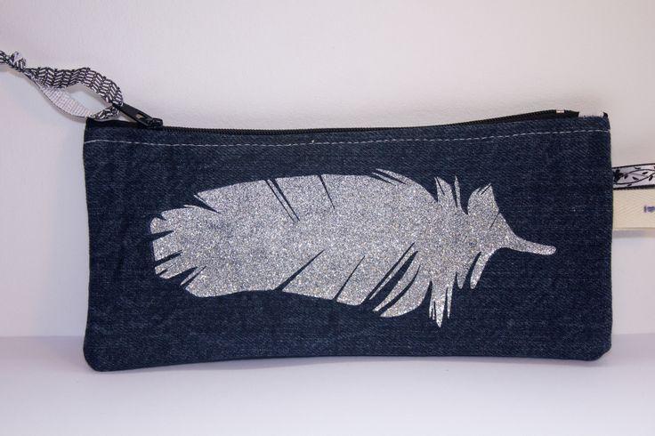 Trousse plate zippée en jean avec appliqué plume à paillettes : Trousses par by-vanessa