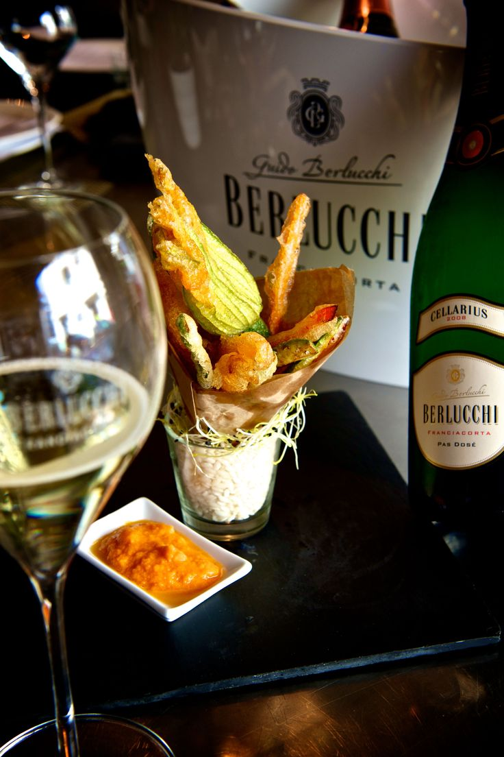 Wine and food pairing: Berlucchi Franciacorta Cellarius and fried zucchini flowers, an autumn delicacy. #BerlucchiMood