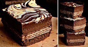 Super vypadající slavnostní řez. Uvnitř čeká překvapení v podobě sladké dobroty - keks Siesta. Tvarohová náplň ochucená kakaem a na vrchu kombinace hořké a bílé čokolády. Mňam!