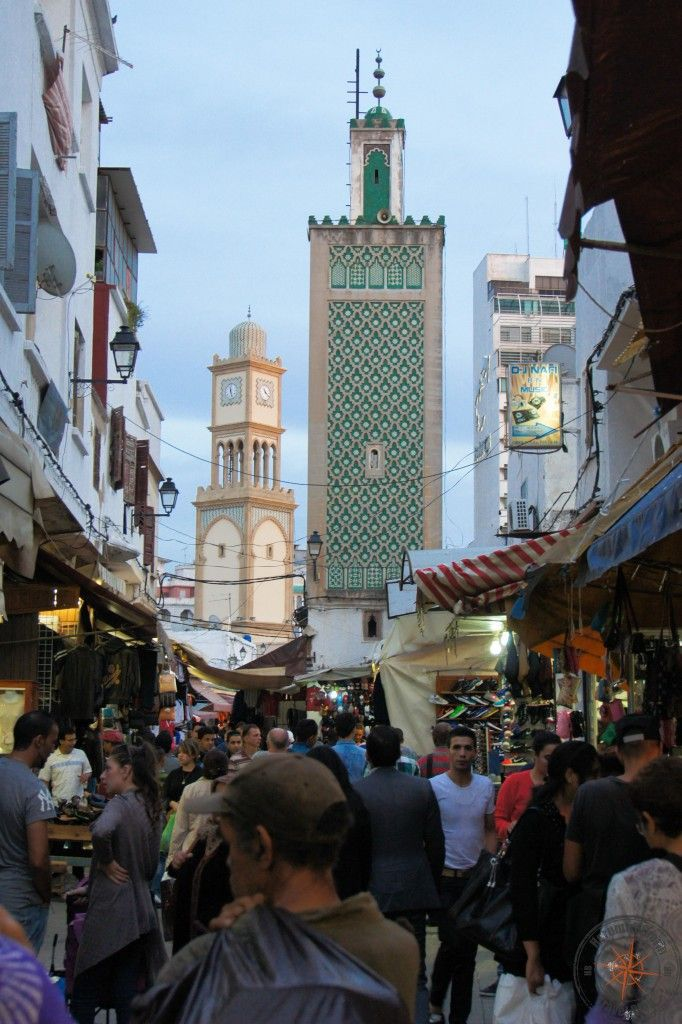 Casablanca Medina, Marokko. View over the people's heads to a tower and a minaret that can be used as points of orientation of the busy market streets.