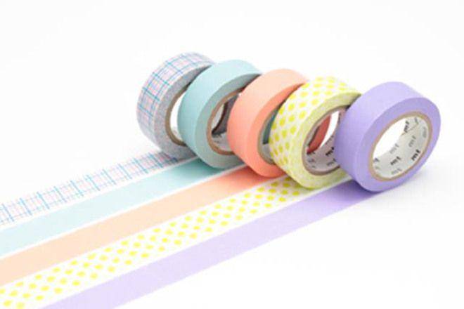 WASHI TAPE - GIFT BOX PASTEL 5 rotoli assortiti di washi tape in carta adesiva da 15mm x 10mt, in confezione regalo Il washi tape è un nastro di carta di riso colorata e adesiva proveniente dal Giappone. E' molto versatile e può essere usato per piccoli lavoretti, per lo scrapbooking, per oscurare finestre in maniera originale o per decorare le pareti di casa. E' semplice da usare ed è riposizionabile, e quindi la sua applicazione è decisamente alla portata di tutti.