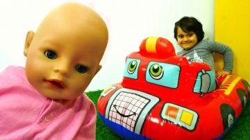 Коляска для #БебиБон сломалась! Маша #МиниМи КАК МАМА / Видео для Детей Baby Born http://video-kid.com/20883-koljaska-dlja-bebibon-slomalas-masha-minimi-kak-mama-video-dlja-detei-baby-born.html  Коляска для #БебиБон сломалась! Маша #МиниМи КАК МАМА выбирает новый транспорт! Видео с кулами Baby BornМалышка Беби Бон проснулась! Мама Маша сажает ее на горшок, а потом собирается с дочкой #БебиБон гулять! Маша сажает куклу в коляску. Смотри, коляска сломалась - нет колес!Маша #МиниМи выбирает…