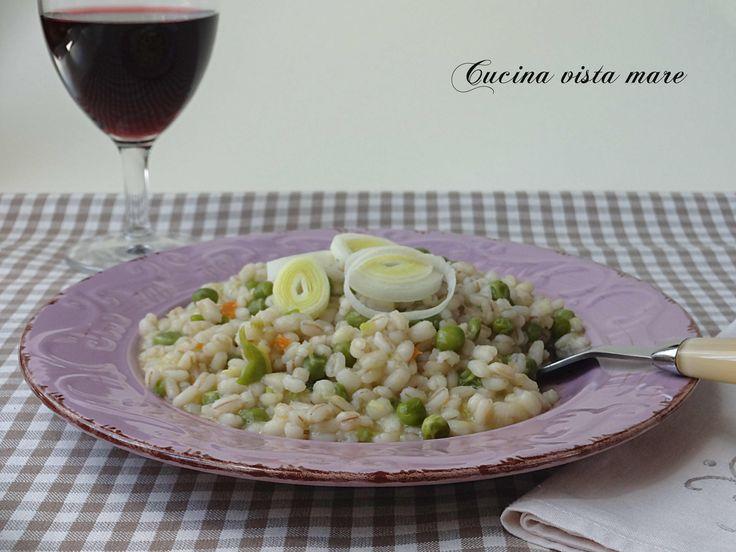 Orzotto con porri e piselli: una ricetta semplice, vegetariana e leggera che sposa la dolcezza del porro con la freschezza dei piselli.