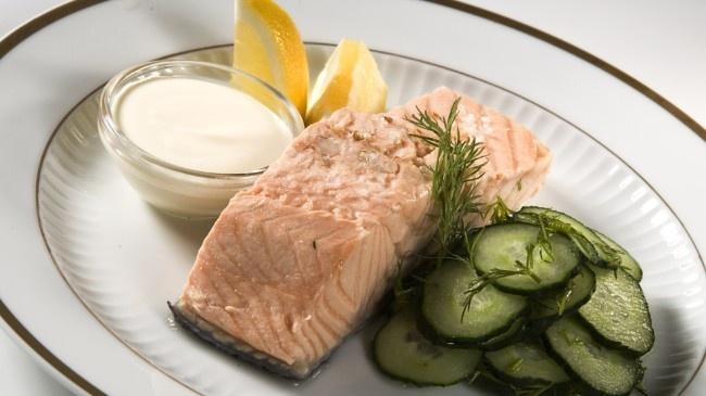 Laks med agurksalat (Foto: Åge Hojem). Salmon with cucumber salad and potatoes.
