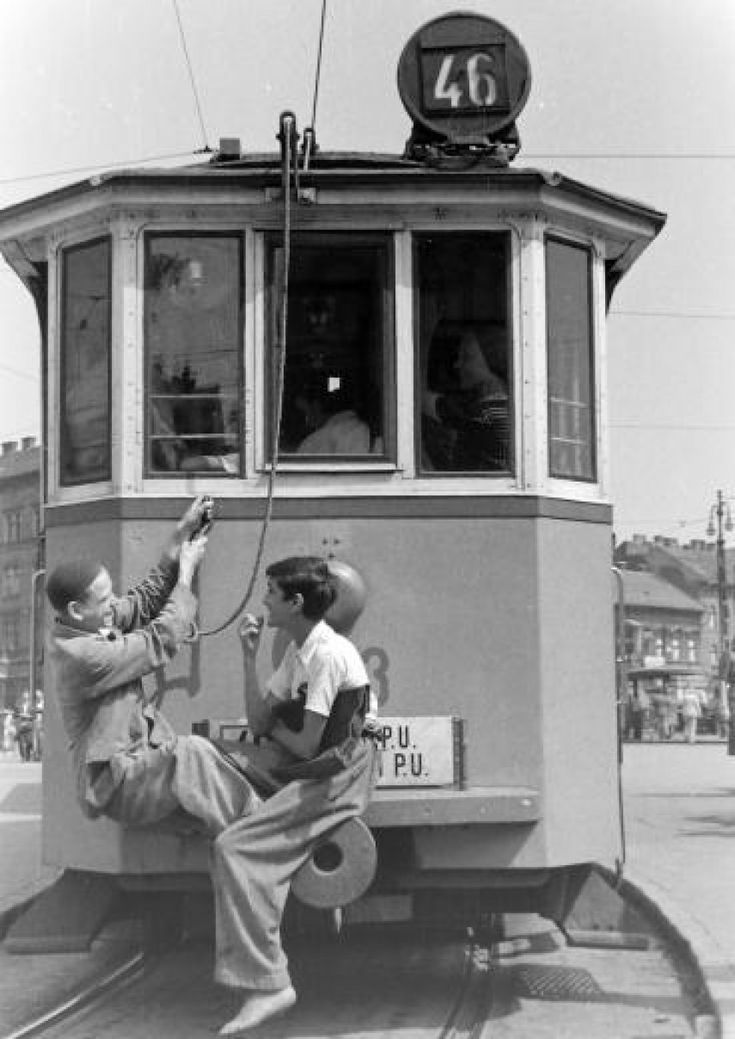 1950-es évek, Baross tér, 46-os villamos tujázó gyerekek.