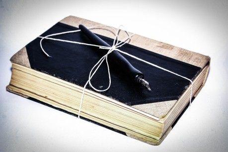 reklama #starej #książki przewiązanej sznurkiem z piórem atramentowym na wierzchu #Fotokoloryt #Fotograf #Częstochowa