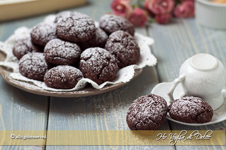 Biscotti al cacao senza burro e uova, ricetta facile e veloce. Questi biscotti sono morbidissimi e buoni da gustare in maniera semplice ed inzupposissimi nel latte
