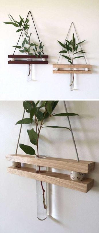 Etagère en bois suspendue avec un vase soliflore