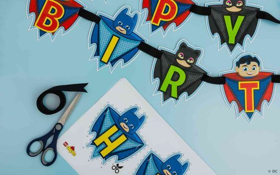 Si votre enfant et ses amis s'entraînent pour devenir des super héros, vous pouvez transformer une fête d'anniversaire, un après-midi de jeu ou un samedi matin pluvieux en jeu de rôle super héros très amusant, en seulement quelques étapes.