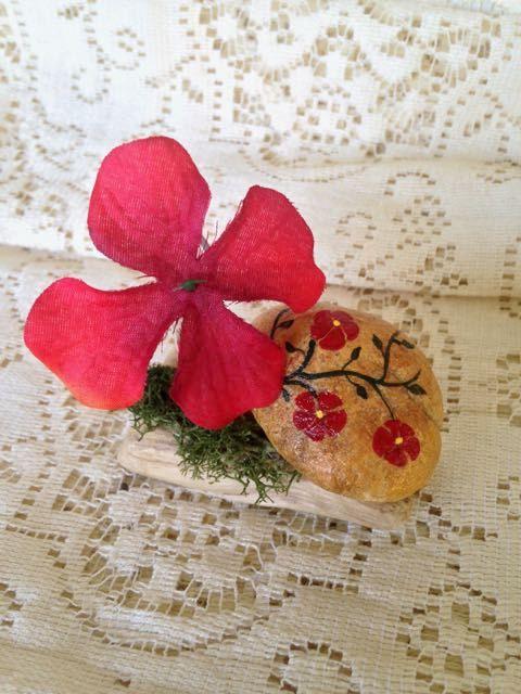 Fiore di ibisco rosso sulla Base di Bud roccia dipinta a mano