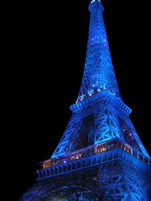 la Tour Eiffel de Paris en bleu