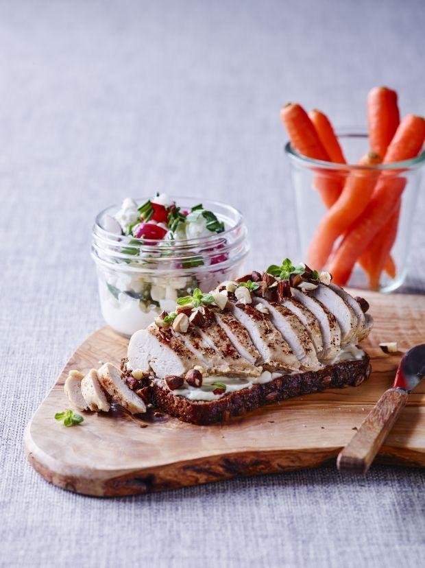 Rugbrødsmad med kylling og hytteost-salat