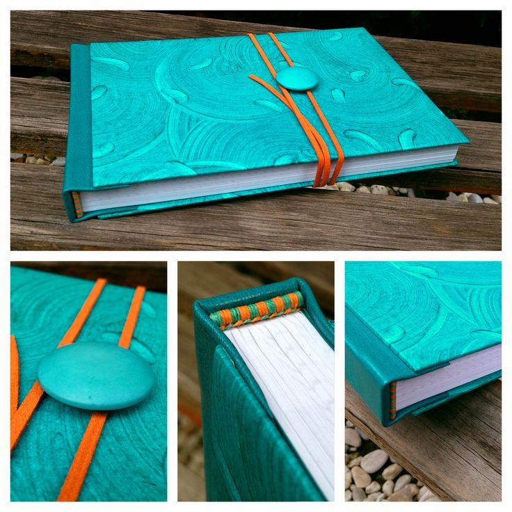 Libro apaisado, tapas en piel y papel decorado a mano, cabezadas bordadas a mano, botón y cinta de gamuza.