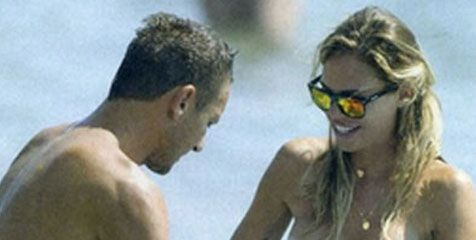 Fun Playing in Beach, Bikini Totti Wife Melorot - http://www.technologyka.com/sports/football/fun-playing-in-beach-bikini-totti-wife-melorot.php/7773835 -    Totti and his wife, Ilary. at Tutto     technologyka   – fun playing water at the beach Francesco Totti's wife, Ilary Blasi bikini unconscious when he used to sag. This incident successfully recorded the paparazzi lenses are on the beach Sabaudia, Italy, where along with Totti...