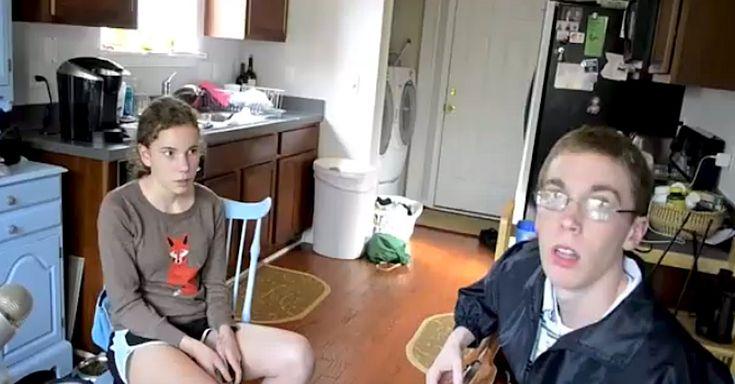Deze broer en zus zien er verlegen uit. Maar als hun moeder de camera laat lopen? Waanzinnig mooi!