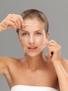 Masque antirides aux blancs d'œuf -Le blanc d'œuf aliment riche en protéine,réputé pour agir comme antirides naturel. Battez le blanc jusqu'à ce qu'il soit mousseux.Ajoutez-y 1cc d'huile d'olive et 1/2 jus de citron (facultatif). Mélangez. Appliquez délicatement le masque sur le visage en évitant le contour des yeux. Laissez poser 30 min. Rincez à l'eau froide. Séchez .Ce masque est à faire une à deux fois par semaine