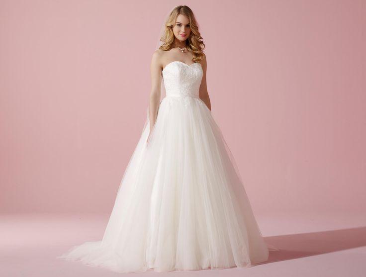 Hinreißendes Tüll-Brautkleid mit edler Schnürkorsage aus Blütenspitze.