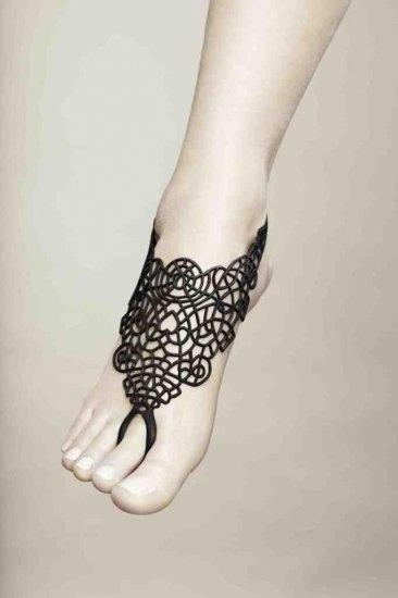Como Tatuaje: Accesorio para el pie, de marca Batucada. De caucho natural y lavable. Clic para saber dónde comprarlo.