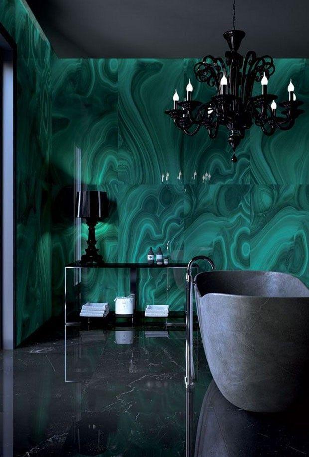 A empresa italiana Fiandre é especialista em revestimentos com pedras naturais. Esse banheiro é um sonho de consumo de qualquer apaixonado por malaquitas