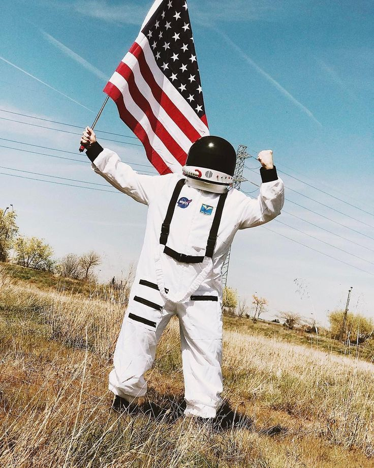 @itsmarkmiller just came back to earth with our #astronaut suit  // Si the gusta #MarkMiller no te puedes perder su video probando comida de astronauta . . . . . . #spaceman #astronaut #youtuber #nasa #space #cosmonaut #cosmonaute #deguisement #disfraz #fato #travestimento #costume #fancydress #kostium #kostým #kostüm #party #funidelia #stroje #przebranie #verkleidung #kostuum #verkleedpak