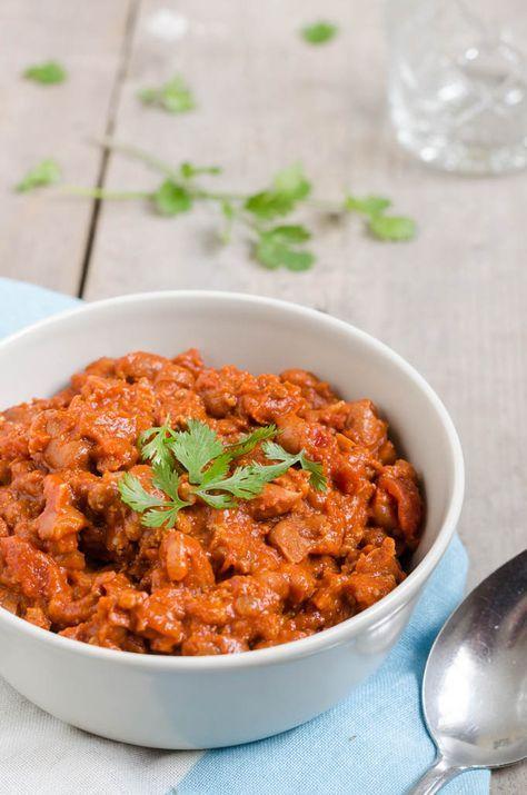 Chili con carne word het lekkerst als je dit laat stoven. Daarom kun je het ook heel goed in de slowcooker bereiden. Mijn chili is gemaakt met bruine bonen.