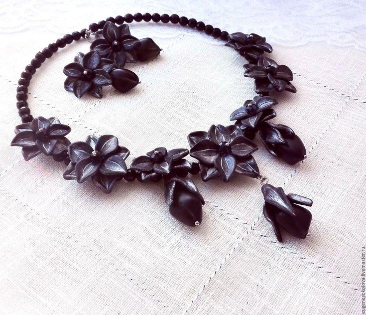 Купить Комплект с черными лилиями: короткое колье, серьги с пуссетами, - черный, серебристый, черное серебро