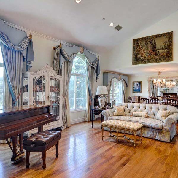 ハリウッド・ヒルズを見渡せる、ため息が出そうなこちらの物件価格は、285万ドル(およそ3億円)。カリフォルニア州はスタジオ・シティに位置するセレブ姉妹ゆかりの邸宅をUS版『エル・デコ』からお届け。イメージ通りのシャビーシックでガーリーなインテリアは、洋の東西を問わず女の子たちの永遠の憧れ……。