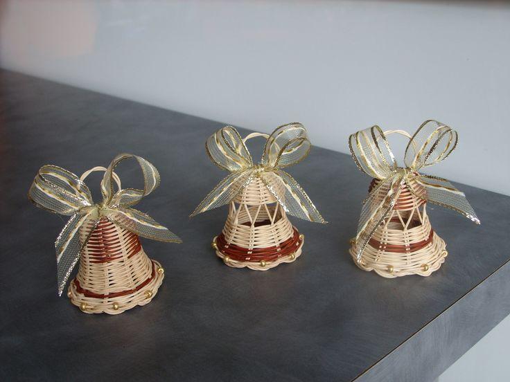 vánoční zvonečky se zlatou mašlí Zvonky jsou upleteny z jemného pedigu, jsou přetřeny matným lakem - krásně drží tvar. Spodní okraj je dozdoben zlatými koráky, které nádherně ladí se zlatou mašlí. Srdíčko zvonečku tvoří dřevěný korálek. Zvonečky jsou nejen krásnou a tradiční vánoční ozdobou na stromečku, mohou dozdobit adventní věnec, krásně vyniknou ...