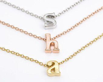 Winzige goldene Buchstaben Halskette. Gold von lizaslittlethings