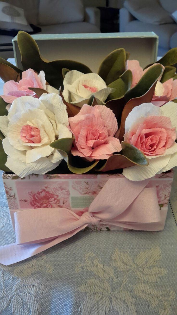 Centrotavola con rose di carta crespa