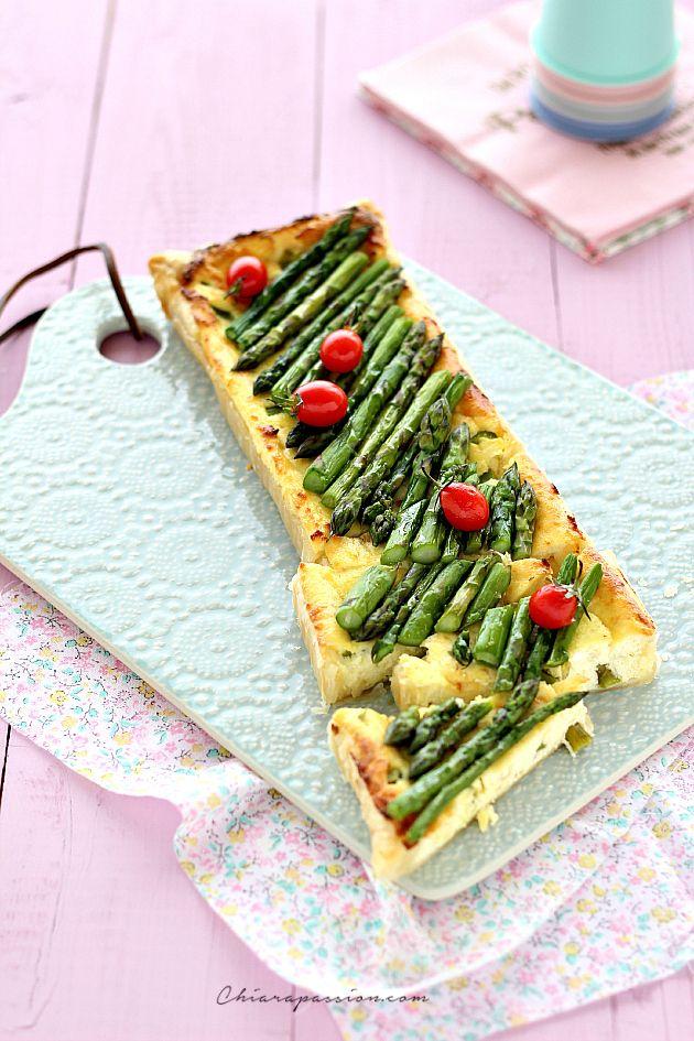 Cercate un'idea di stagione per usare la pasta sfoglia e gli asparagi? Provate la Sfogliata con ricotta e asparagi,una gustosa torta salata che si prepara in pochissimo tempo. E' una ricetta sciuè sciuè che vi risolve in pochi minuti la cena, come base ho usato la pasta sfoglia ma volendo potete