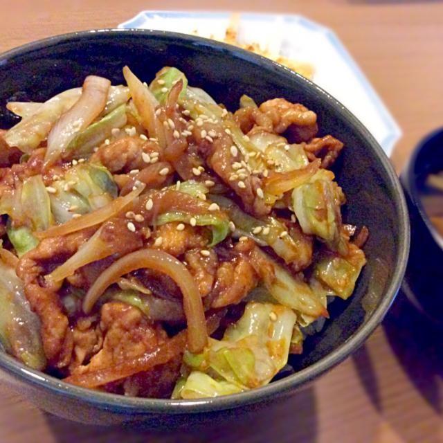 最近よく丼ものを作ります。簡単でガッツリ食べられます(^^)お弁当にも入れられそうです! - 115件のもぐもぐ - 豚肉とキャベツの味噌炒め丼 by のぞみ