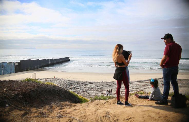 Il muro che divide gli Stati Uniti dal Messico visto dalla spiaggia di San Ysidro, in California, durante la Posada sin fronteras. L'evento, giunto alla 23ª edizione, riunisce ai due lati del muro le famiglie separate dalle leggi sull'immigrazione. - Sandy Huffaker, Afp