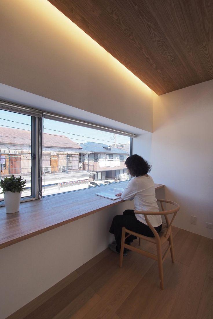 大きな出窓に大きなカウンター机。<br /> 空間を明るく照らす、大きな間接照明。 専門家:井東 力が手掛けた、スタディコーナー(戸手本町の家 ー リノベーション)の詳細ページ。新築戸建、リフォーム、リノベーションの事例多数、SUVACO(スバコ)
