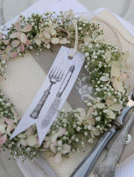 Hortensienblüten und Schleierkraut geben sich als Tischdekoration die Ehre. Eine schöne Idee für größere Feiern wäre es auch, das Kärtchen mit einem Namen zu versehen und als Platzkarte einzusetzen. Dazu passen Leinenservietten und nostalgisches Besteck aus Silber. (Foto: WG/Grüters)