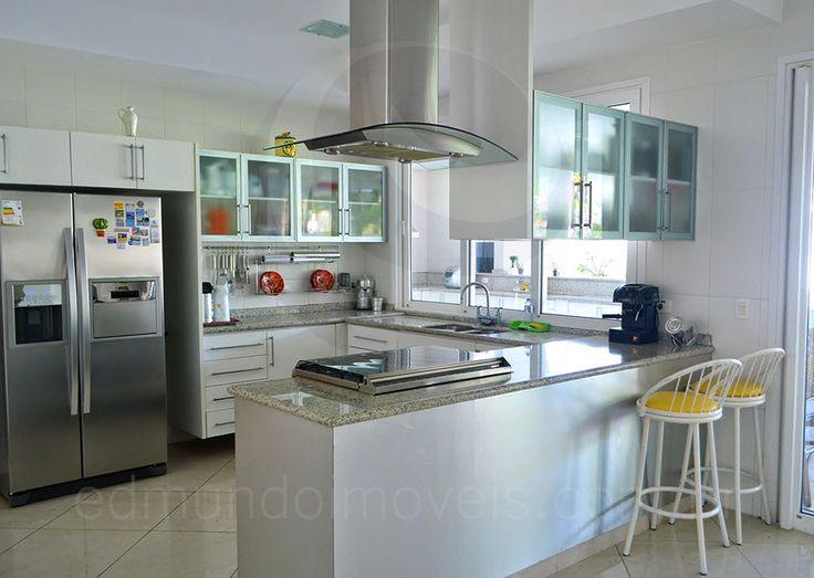 A cozinha possui dimensões bem generosas e foi recentemente modernizada, passando a contar com bancadas em granito cinza, armários planejados, refrigerador duplex e eletrodomésticos em aço inox.