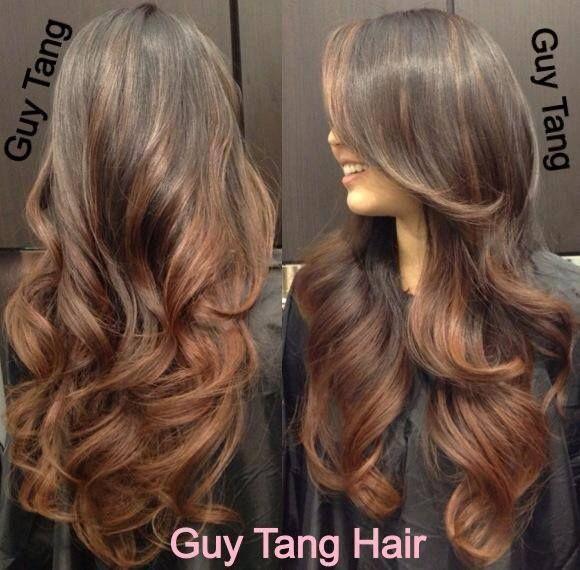 Een beroemde Amerikaanse mannelijke kapper, Guy Tang, staat bekend om zijn betoverende creaties met lang haar kapsels. Hij beheerst de ombre en balayage