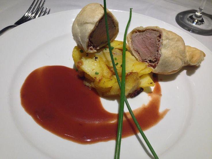 Filetto di vitello in crosta con salsa al vino St. Magdalener, verdure e puré di patate. Un piatto di DELICATESSEN  l'Alto Adige a Tavola