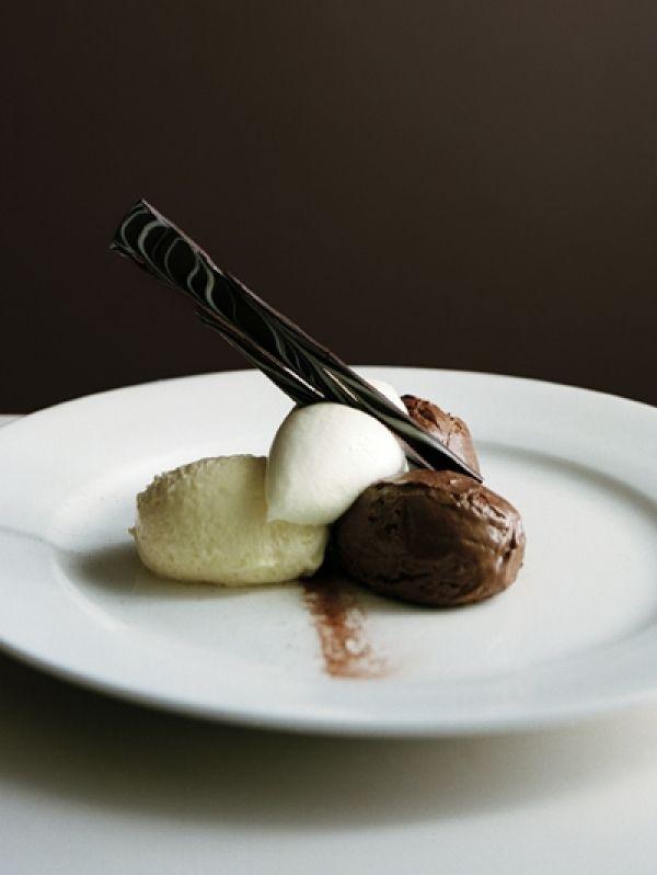 BEREIDINGDoe alle kleuren chocolade in een aparte kleine pan. Smelt alle chocolade al roerend au bain-marie (of, af en toe omscheppend, in plastic b...