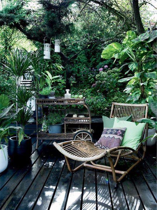 Le mobilier en rotin a la c´te sur la terrasse