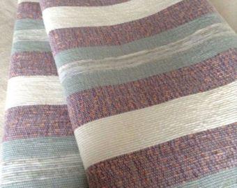 Cette belle couverture tissée à la main Neuve mesure 58 de largeur par 104 de long. La couleur de fond est une couleur prune doux avec une alternance de rayures en jaune, Bordeaux et blanc. Parfait pour un lit ou un accent de jeter sur un lit ou un canapé plus grand. Les tissus en mélange de coton tissés à travers la couverture ajoutent chaleur et confort pour les froides soirées d'hiver. Fabriqué sur un métier traditionnel, il est unique et de qualité artisanale. À la machine de lavage et…