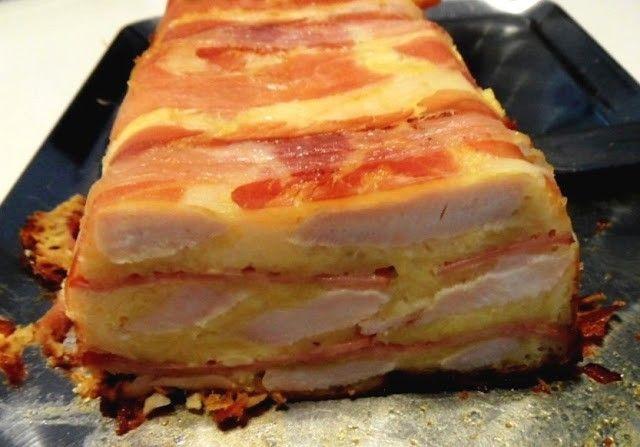 Hozzávalók: -50 dkg csirkemell -30 dkg bacon -20 dkg reszelt sajt -20 dkg csirkemellsonka -20 dkg füstölt sonka -2 darab tojás -1 fej lilahagyma -2...