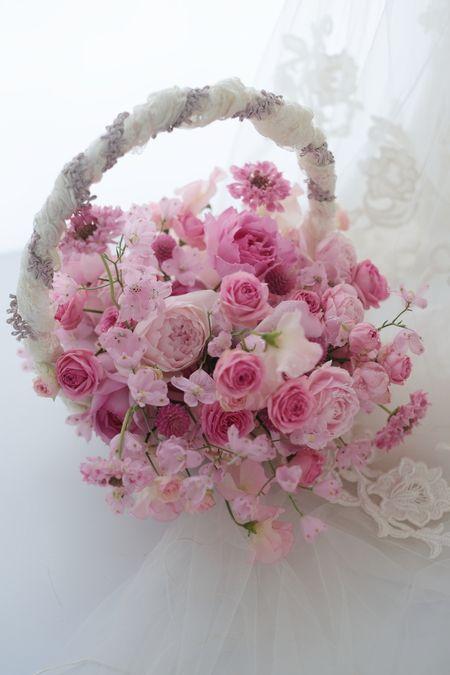 淡いピンクのドレスにあわせたバスケットブーケ。アニヴェルセル豊洲様へお届けでした。お揃いのピンクの花冠。アシスタントみずいろさんが、「ピンクですねえ・・・...