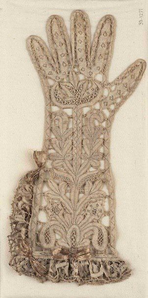 Lace gloves from 1620