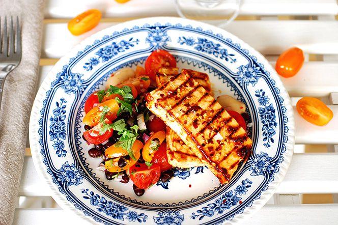 BBQ-marinerad tofu med tomat- och bönsalsa  Att grilla tofu fungerar utmärkt! Här har tofun marinerats i barbequesås och fått god smak innan den grillades. Som tillbehör en enkel tomat- och bönsalsa med färsk oregano. En riktigt fräsch sommarmåltid.