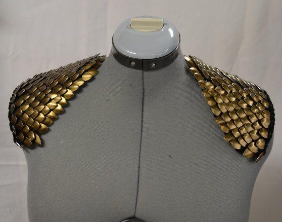 Épaulettes ou des ailes dange, ces pièces darmure scalemail sont accrocheur et dramatique. Échelles en aluminium anodisé couleur bronze sont