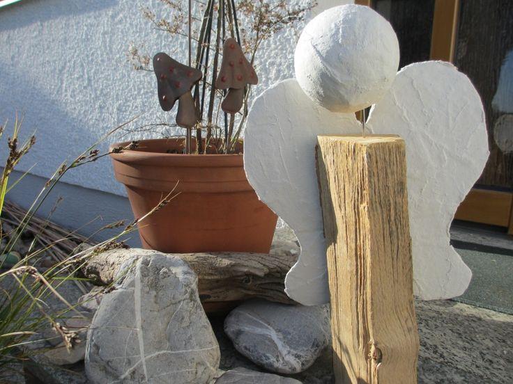 Engel aus dem Holzscheit.