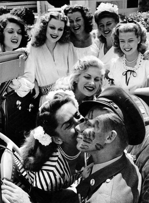 John Farnsworth cubierto de besos por actices. (L to R: Lynne Baggett, Dolores Moran, Barbara Hale, Ginger Rogers, Gloria DeHaven, Chilli Williams y Jinx Falkenburg.) 1944